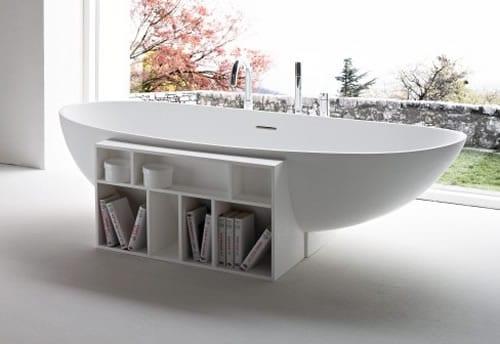 kreative Badewanne mit Grundauflage aus weißem doppelseitigen Bücherregal
