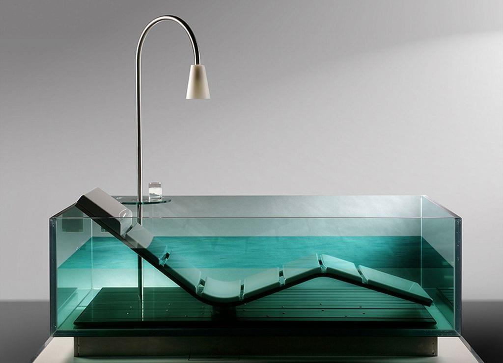 moderne Glas-Badewanne mit rundem Glastisch und Lampe