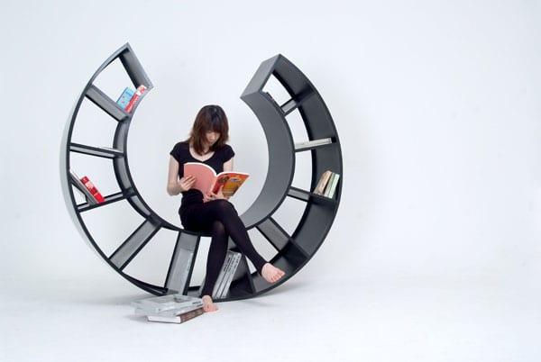 Bücheregal in schwarz mit Sitzfläche