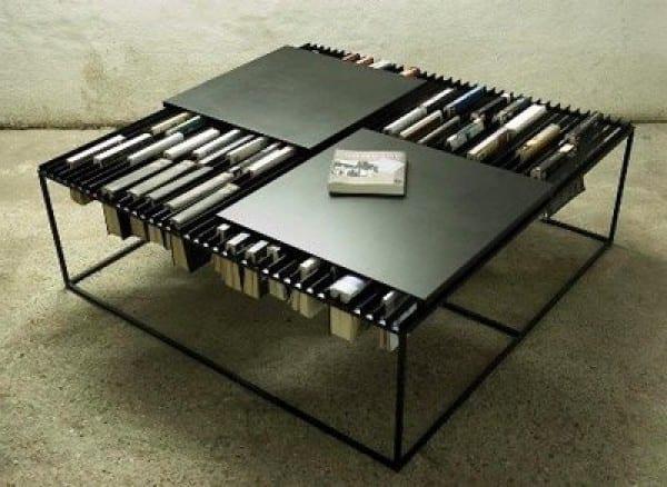 multifunktionaler Couchtisch mit ausgehängten Bücher