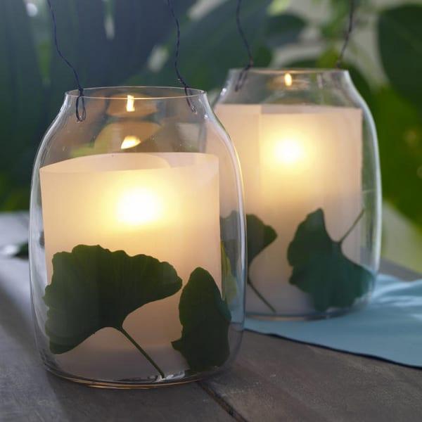 Dekoration mit Ginkobläter und Papier im Glas als Teelichthalter