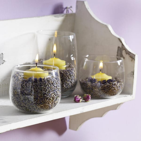 Dekoration mit Glas-Kerzenhalter mit Lavendelduft