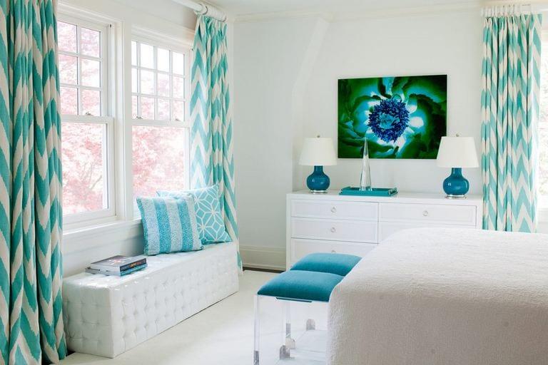 moderne Schlafzimmer in weiß mit Hocker und Lampen in türkis