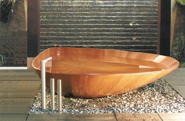 asiatische Badezimmereinrichtung mit Holzbadewanne im Kiesboden
