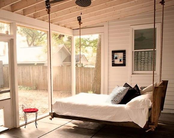 schlafzimmer-mit-palettenbett-als-schaukel