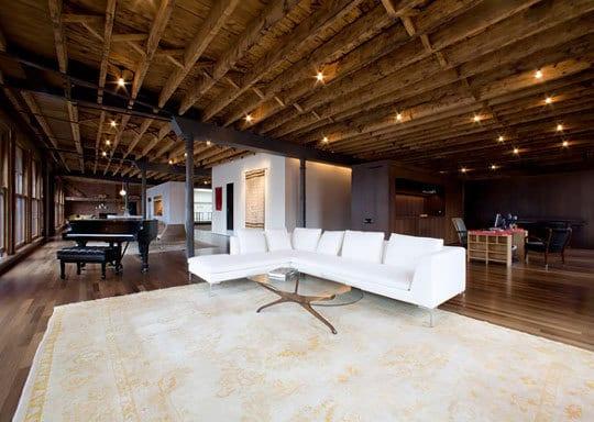 Loft mit Sofa und Tepich in weiß