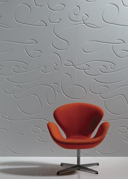 Wand mit 3D Wandpaneele und Designer-Sessel