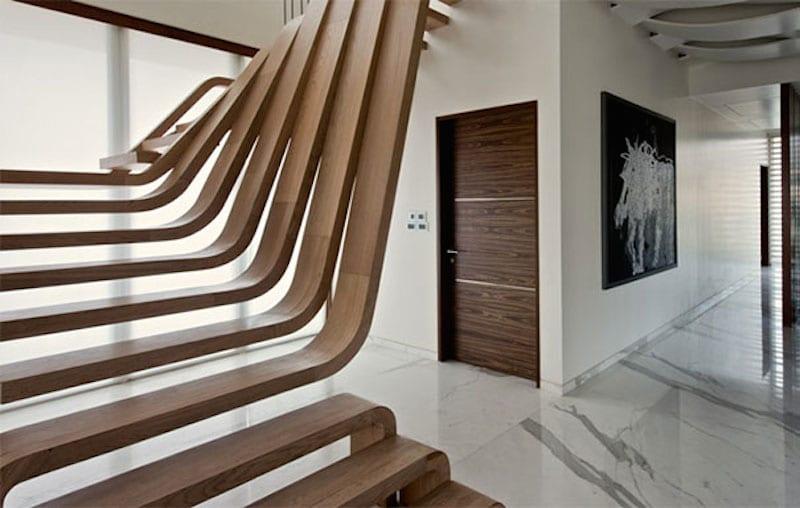 moderne Innenraum einrichtung mit Marmorboden und selbstragende Holztreppe