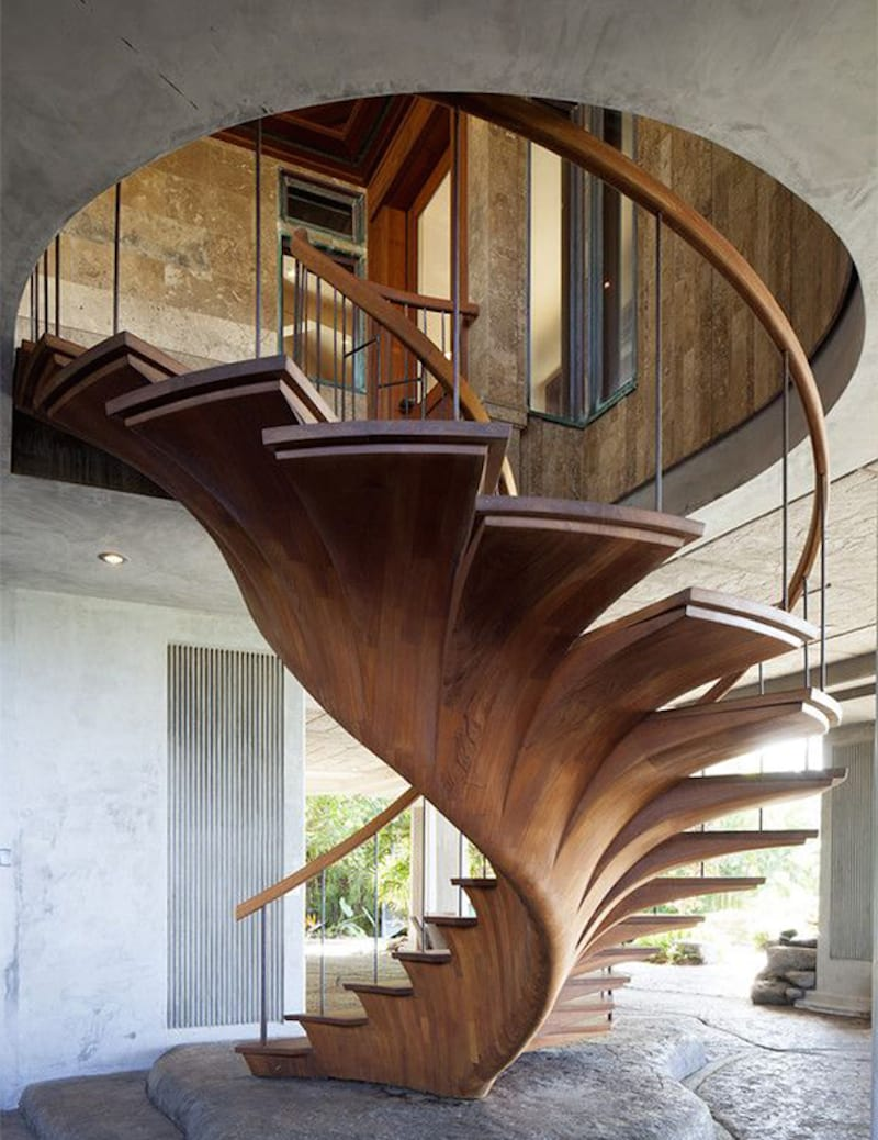 krative Wohnraumgestaltung mit Holztreppe, Natursteinboden und Betondecke