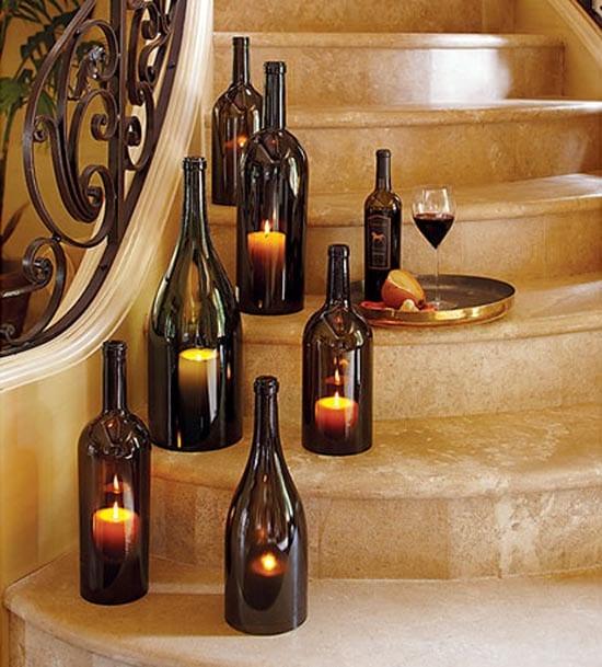 Teelichthalter aus dunklen Weinflaschen