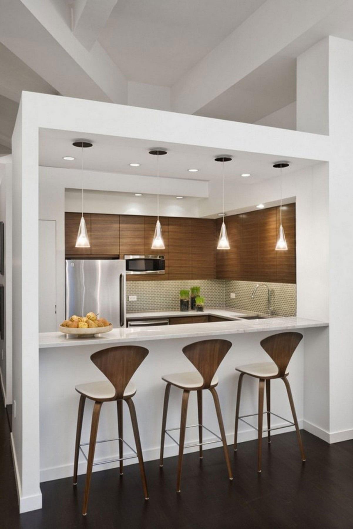 kleine-küche-im-wohnzimmer-mit-theke-aus-marmor-und-designerstuhle aus holz