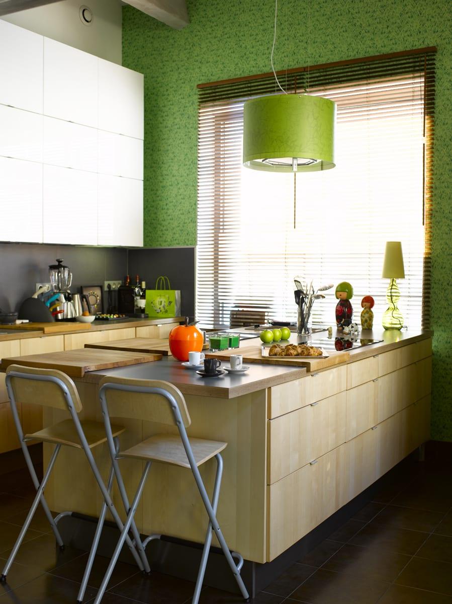 kleine-küche-aus-holz-mit-erfrischender Wandgestaltung-in-grün-mit-kochinsel-und-esstisch-in-eins