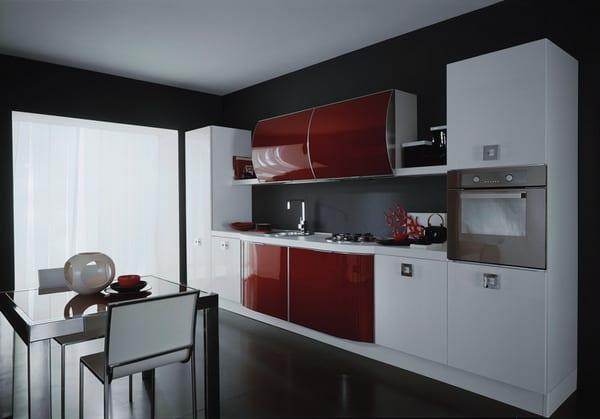 minimalistische-küche-in-weiß-und-rot-in-schwarz-gestrichenem-raum