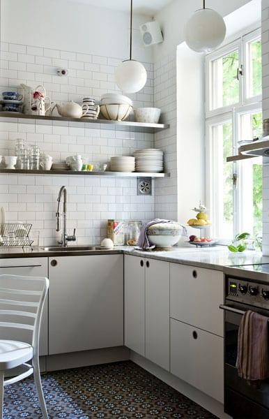 einrichtung-kleiner-küche-in-kombination-mit-ziegelsteinwand-in-weiß
