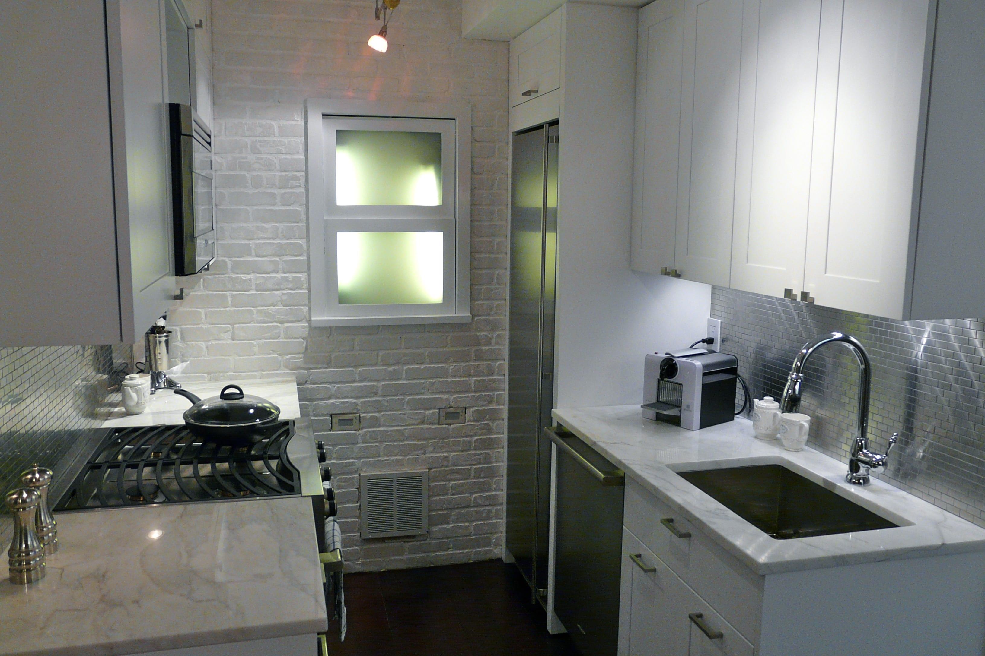 ziegelstein-als-motiv-in-der-kleinen-küche
