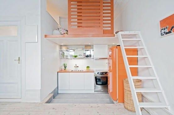 interessante-lösung-für-kleine-küche-unter-dem-schrafraum-mit-farbakzent-in-orange