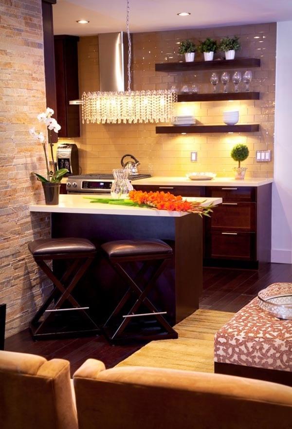 einrichtung-kleiner-küche-mit-hellem-naturstein-und-dunkelholz