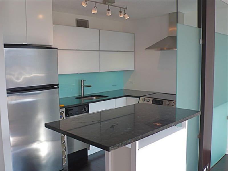 kleine-küche-in-weiß-mit-glastrennwand