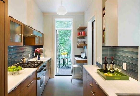kleine-küche-aus-holz-mit-zugang-zur-terrasse