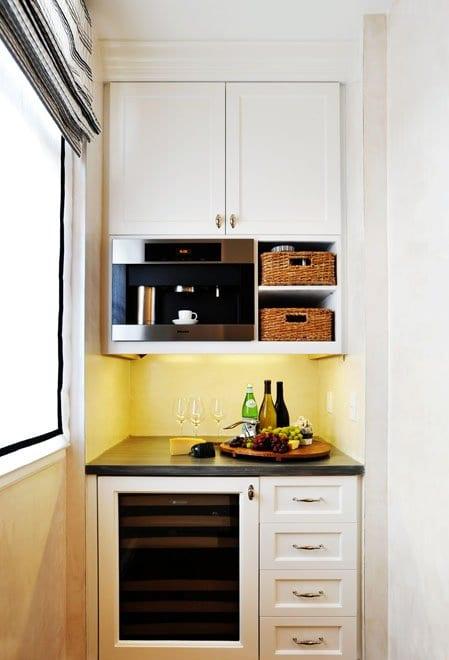 kleine-küche-in-der-nische-mit-eingebauter-kafemaschine