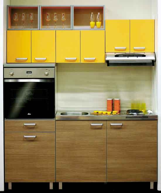 kleine-küche-aus-holz-in-nische-mit-kleinen-gelben-oberen-küchenshränken