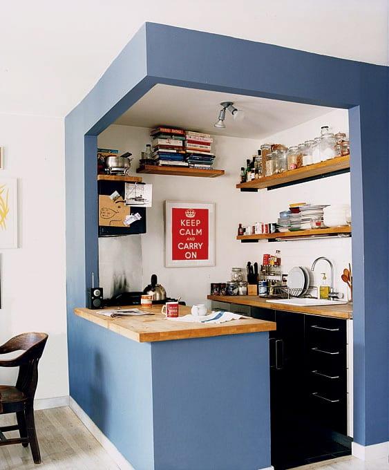 ecklösung-für-kleine-küche-mit-wandregalen-in-blaue-wandrahmen