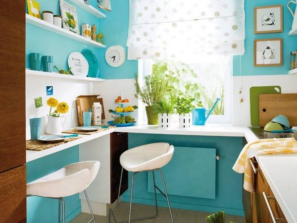 kleine-küche-in-weiß-und-blau-mit-enge-theke-und-wandregalen-entlang-den-wänden