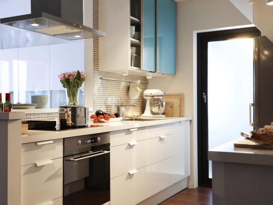 kleine-küche-lösung-mit-blick-auf-das-wohnzimmer