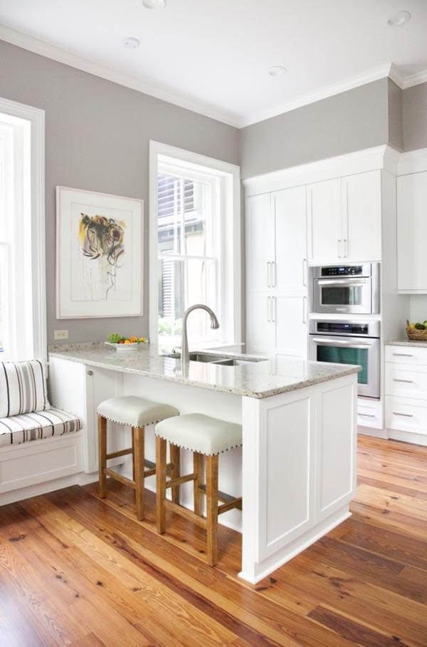 weiße-kochinsel-zwischen-küche-und-wohnzimmer