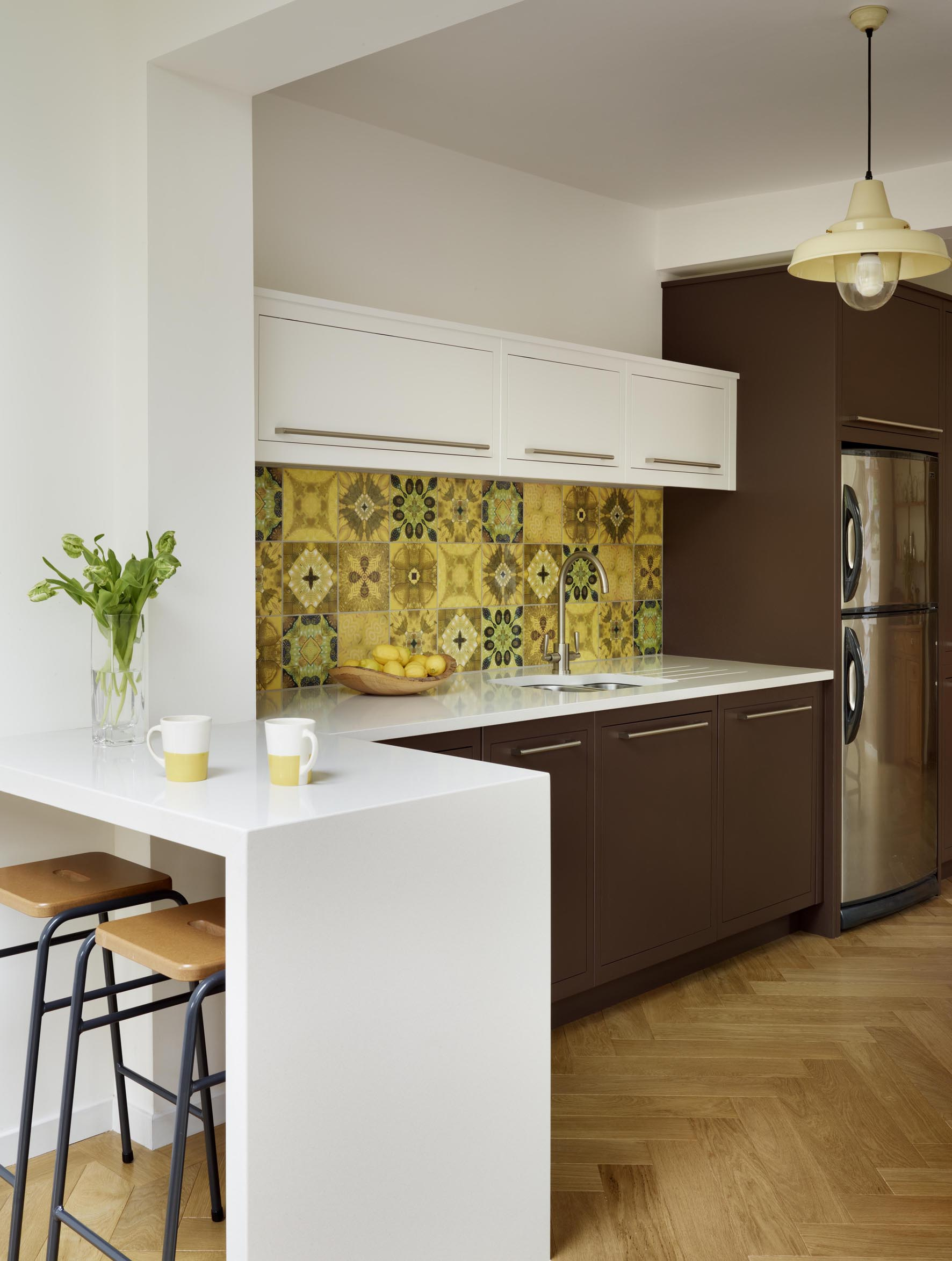 moderne-küche-in-dunkelbraun-mit-weißer-theke