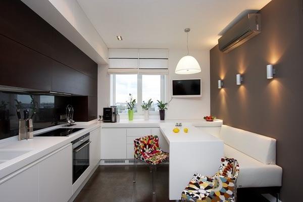 weiße-küche-mit-esstisch-und-bunte-stühle