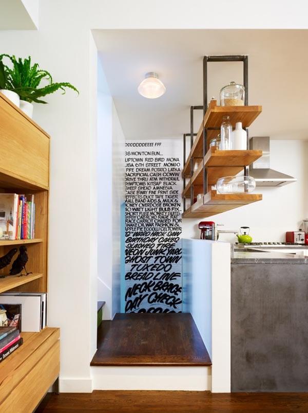 einrichtung-kleiner-küche-mit-ausgehängten-holzregalen