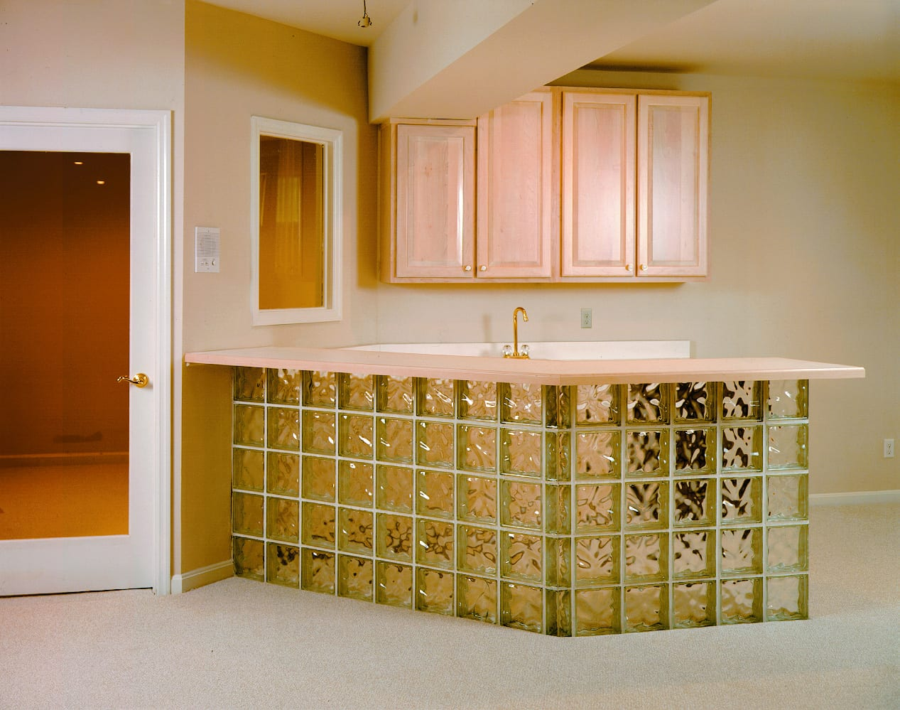küchentheke-aus-glassteinen-für-kleine-küche