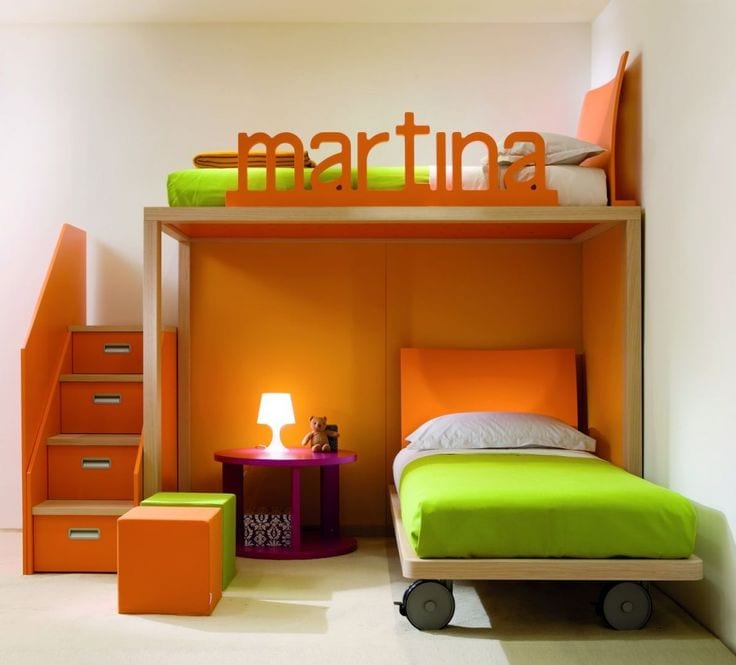 kleines minimalistisches Kinderzimmer in orange