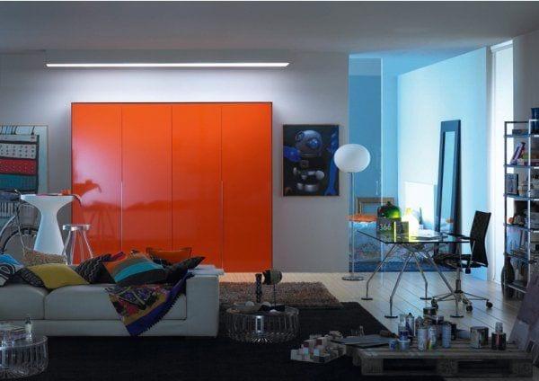 klüge-lösung-für-versteckte-kleine-küche-hinter-orange-schiebetüren