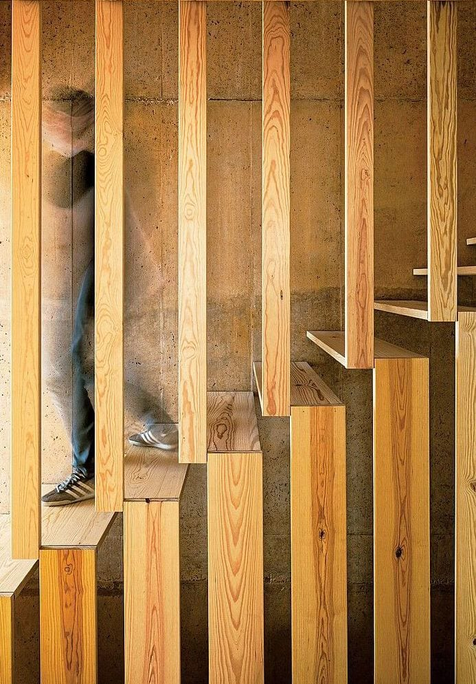 interessante idee für Innenraumtreppe aus holzelementen für die stufen und geländer