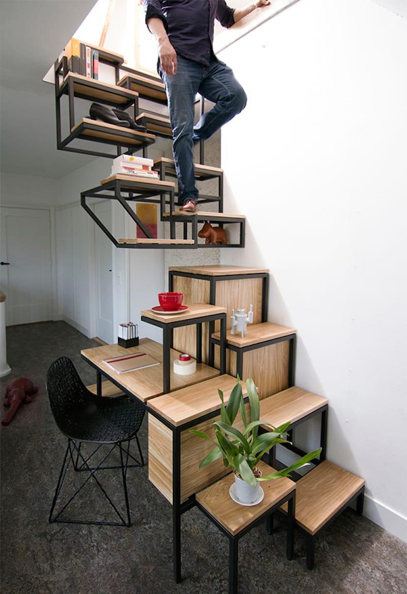 krative funktionelle Wohnraumeinrichtung mit Holztreppe aus Metallrahmen
