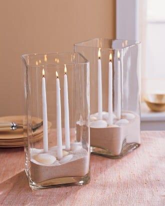 quadtarische Glasvase mit Sand und Kerzen