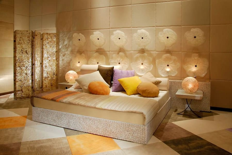 Schlafzimmer mit bunt Fließboden und 3D wandpaneelen mit Lichtdekoration
