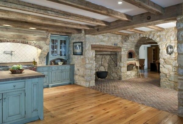 Kücheeinrichtung mit Holzbalken und in blau gefärbten Holzschränken
