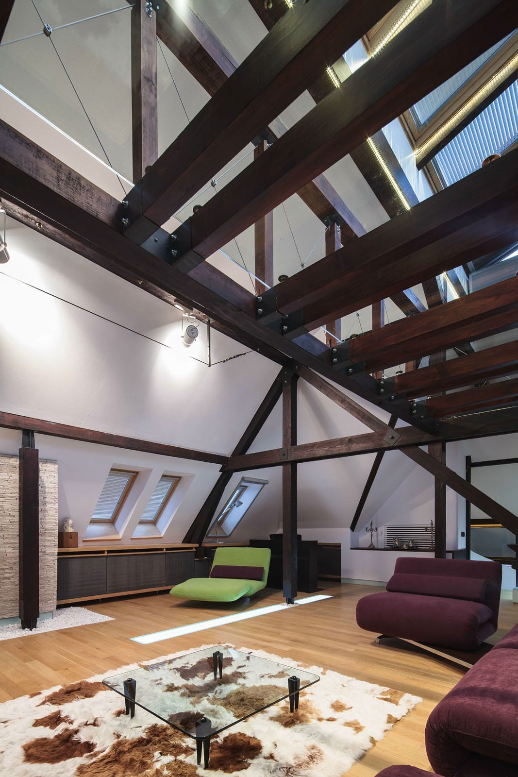 dunkele Holzkonstruktion und Lichtkuppeln im Loft
