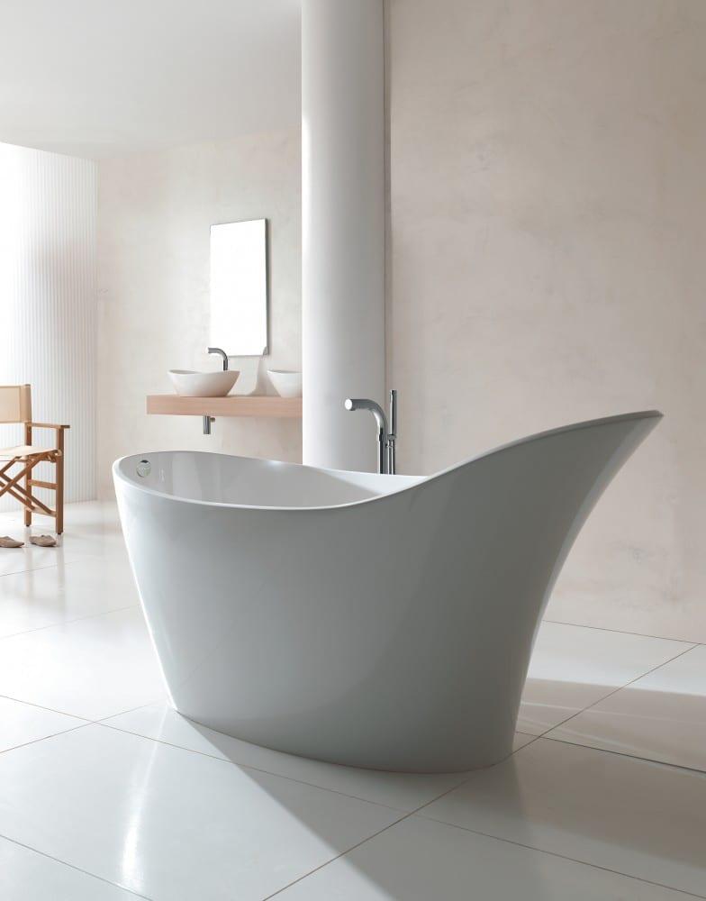 Badezimmereinrichtung in weiß mit Holzsessel und zwei Keramikwaschbecken auf Holzplatte