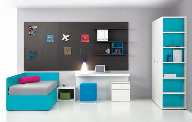 minimalistische Einrichtung für Kinderzimmer in blau mit schwarzem Wandtafel