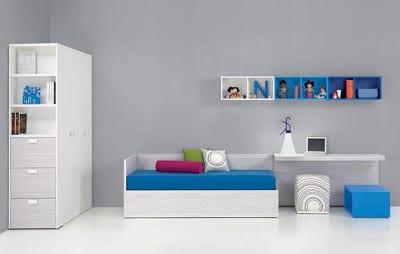 minimalistische Einrichtung des Kinderzimmers aus Holz in weiß mit blauer Sofamatraze