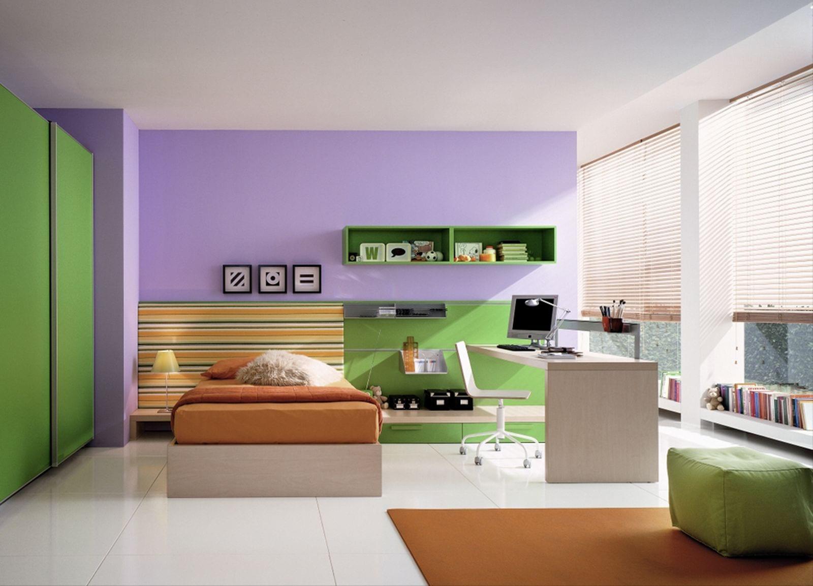 minimalistische Einrichtung des Kinderzimmers in lila mit grünem Kleiderschrank
