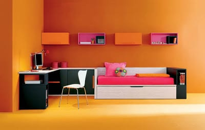 minimalistische Einrichtung des Kinderzimmers in orange mit schwarzen Schränken