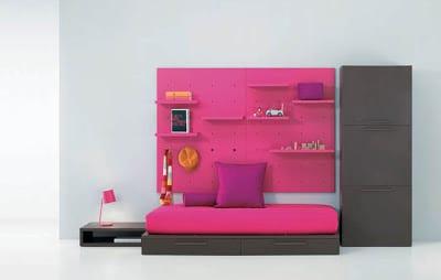 minimalistisches Kinderzimmer mit Sofa und Wandtafel in rosa
