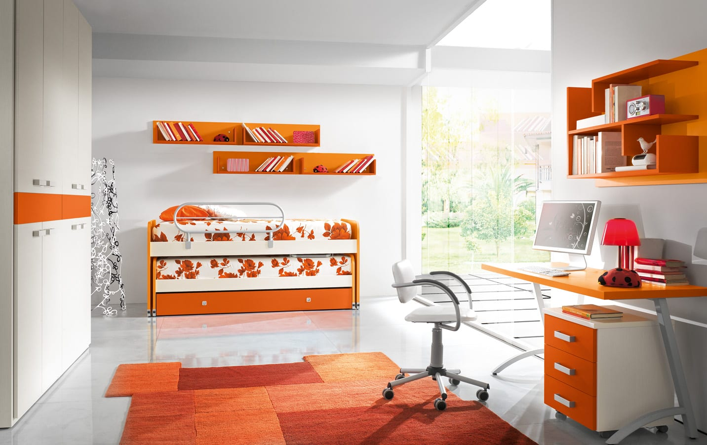 minimalistisches Kinderzimmer mit orangen Wandregalen