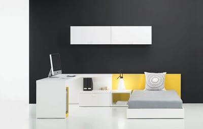 minimalistische Einrichtung des Kinderzimmers in weiss mit schwarzer Wand als Hintergrund