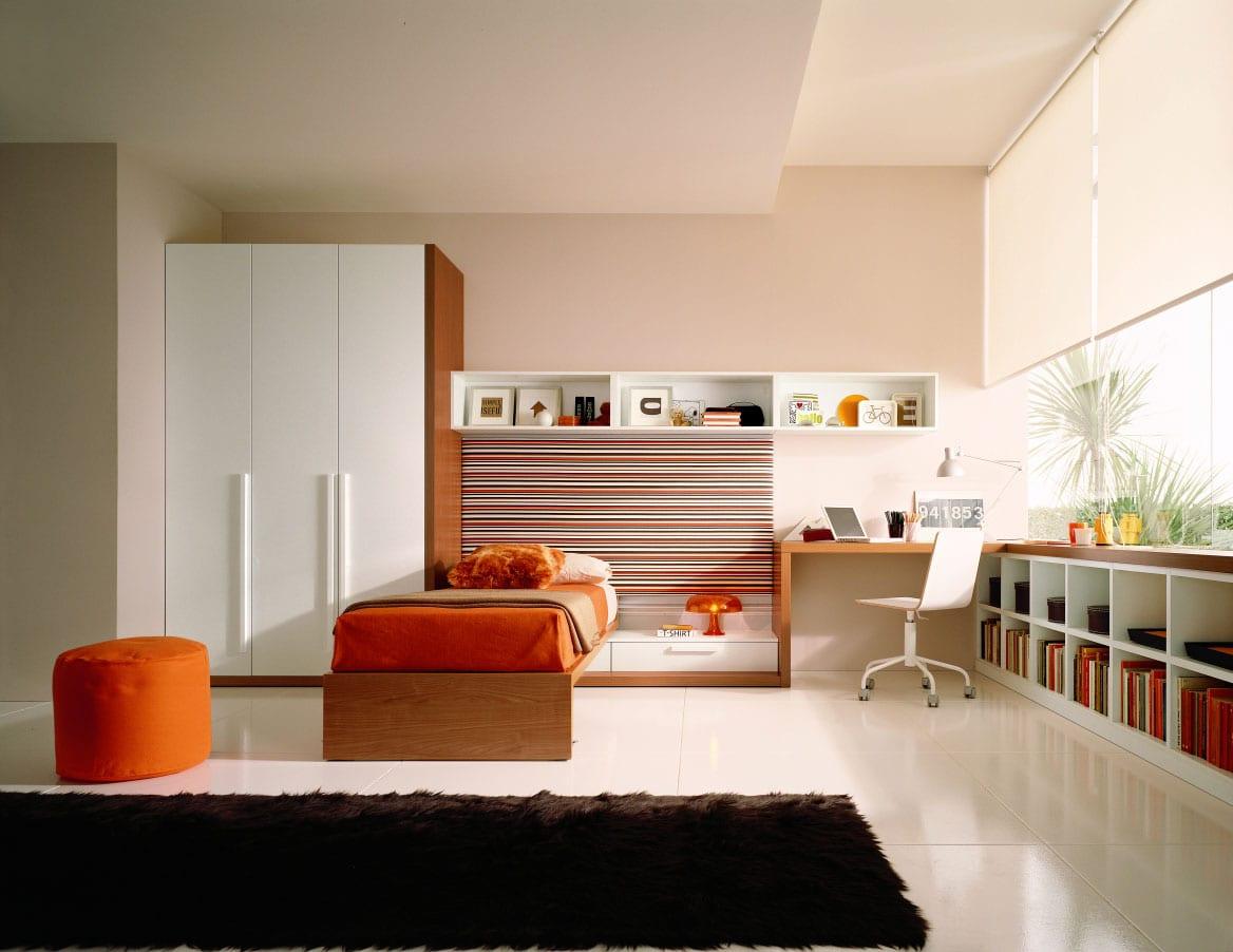minimalistische Einrichtung des Kinderzimmers mit Holzmöbeln und Schrank unter dem Fenster